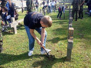 Plantare flori in Cimitirul Eroilor (4)